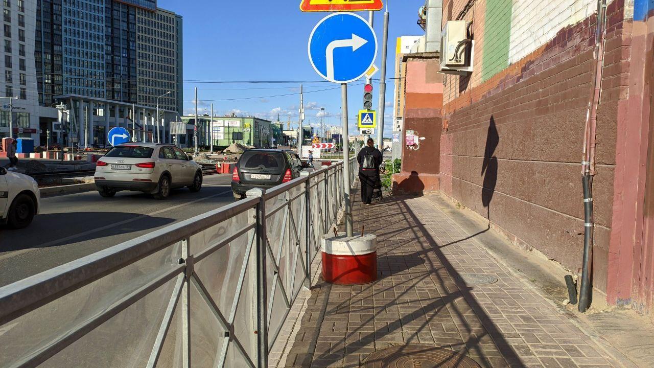 Как здесь должны разойтись два пешехода? Бочком? Зато машинам полное раздолье — по полметра, а то и больше и справа, и слева