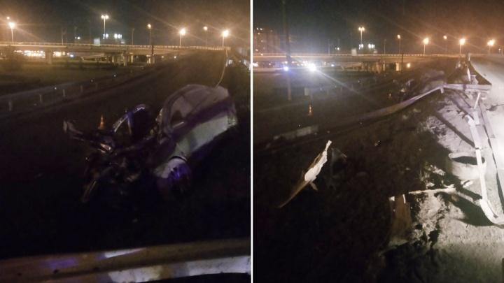 В Тюмени иномарка на огромной скорости врезалась в ограждение и осталась без крыши