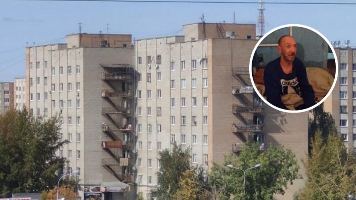 «Якобы комната незаконно куплена»: в Тюмени мужчину выгнали на улицу из общежития, где он жил 30 лет