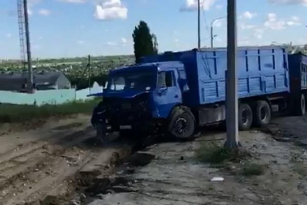 После столкновения двух иномарок одну из них откинуло под грузовик
