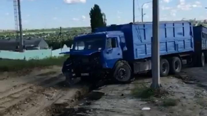 На Третьей Продольной в Волгограде столкнулись две иномарки и КАМАЗ — видео