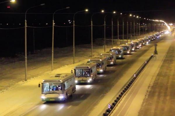 Автобусы колонной проехались по трассе от Емельяново