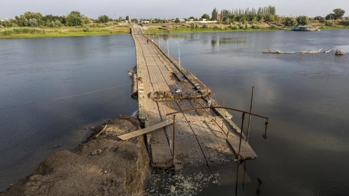 «Нам теперь только вплавь»: под Волгоградом размыло мост через Ахтубу, ставший «дорогой жизни»