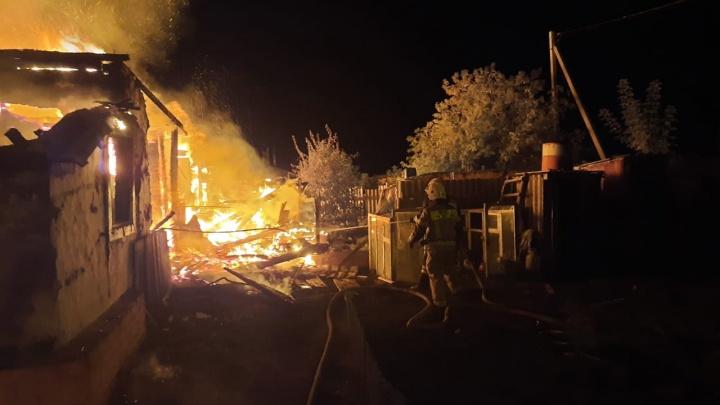 «31 человек эвакуирован»: под Волгоградом сгорел многоквартирный дом площадью 1000 кв. метров