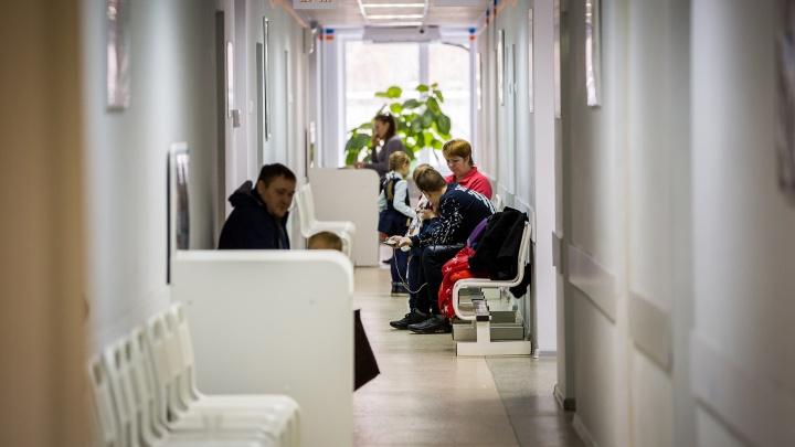 Как люди с ковидом ходят в больницы и сидят в очередях со всеми. Истории трех новосибирцев