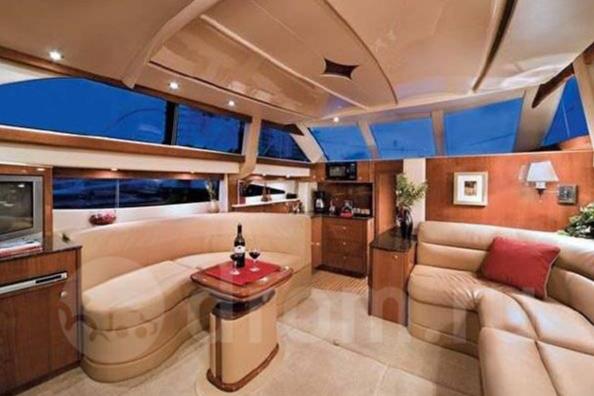 Интерьеры дорогих моторных яхт не уступают в роскоши квартирам миллионеров (миллионеры-то зачастую одни и те же)