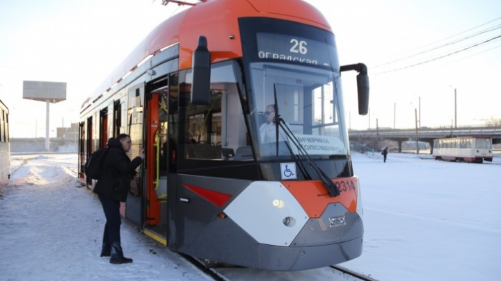 Новый вагон парализовал движение трамваев в центре Челябинска. И это не первый случай