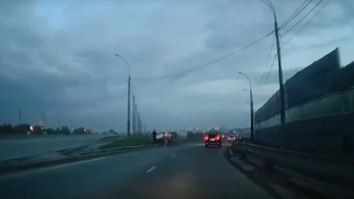 Таксист вылетел на отбойник на съезде с Бугринского моста