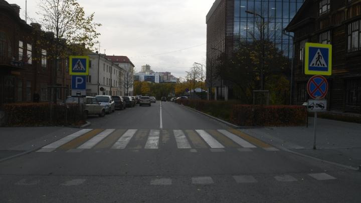 Водители паркуются на встречке: в центре Екатеринбурга одностороннюю улицу сделали двусторонней