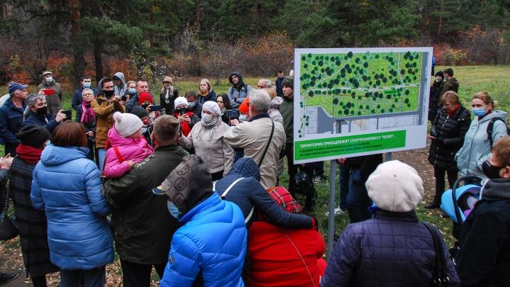 В Челябинске началась заБОРистая стройка. Изучаем, кто стоит за работами влесу
