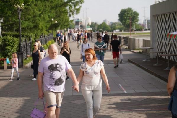 В выходные екатеринбуржцы гуляли по улицамбез масок