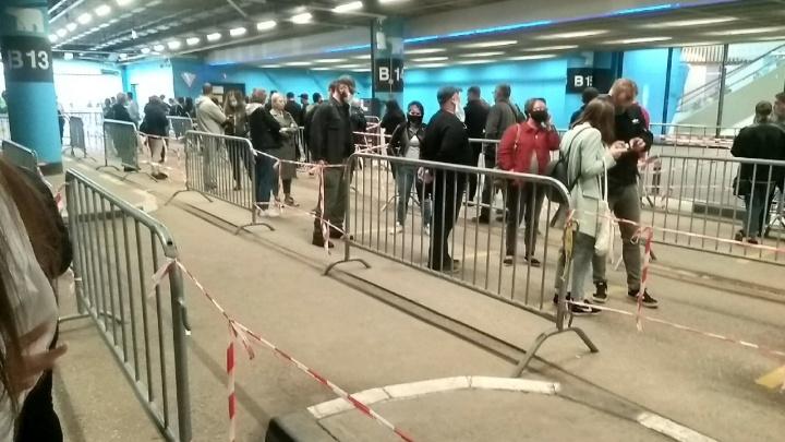 На входе стоят сотни людей: в Екатеринбурге в IKEA скопилась огромная очередь