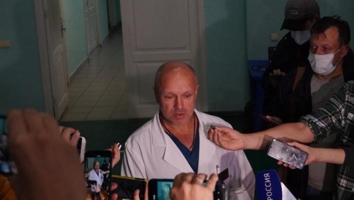 Омский медик, который лечил Навального, пожаловался на угрозы ему и его семье