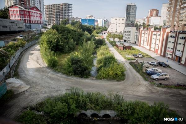 Ещё год назад берега Ельцовки 1-й были относительно зелёными, теперь на них развернулась стройка