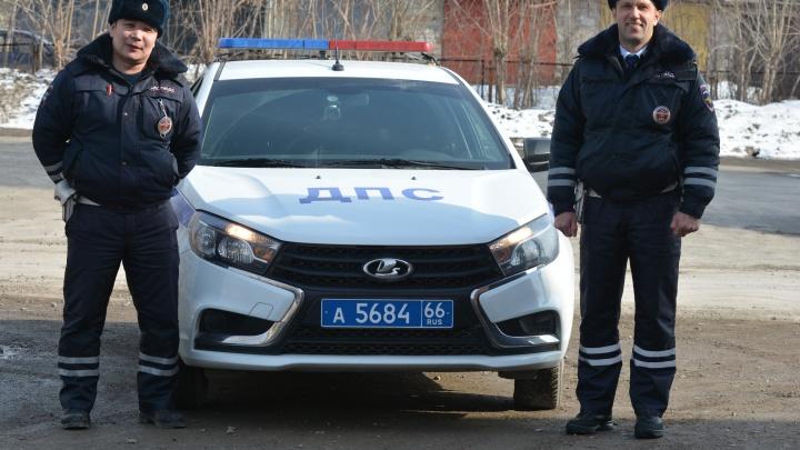 Свердловские гаишники помогли спасти семимесячного малыша, которому стало плохо