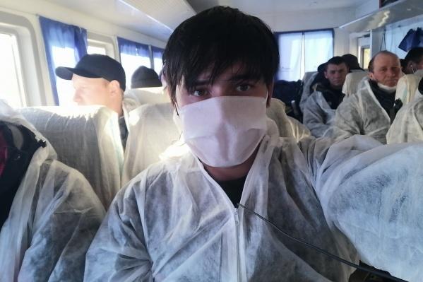 Ребятам раздали защитные костюмы и маски