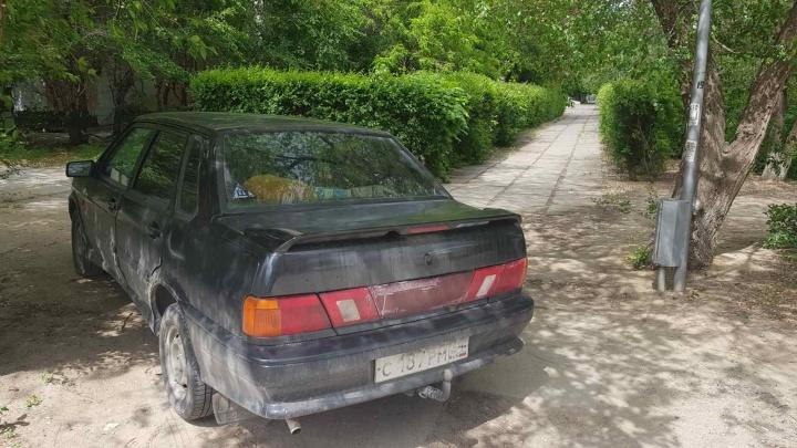 Автохам на автохламе: волгоградец бросил догнивать во дворе старую «Ладу»