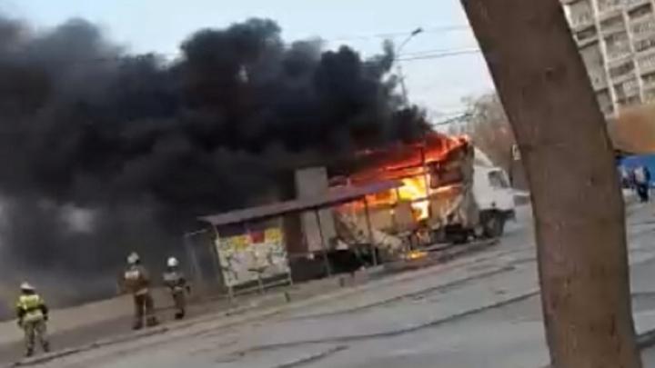 В Волгограде на остановке сгорел грузовик — видео