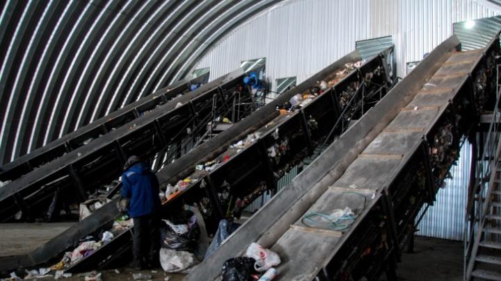 На полигоне бытовых отходов объяснили очередь из челябинских мусоровозов