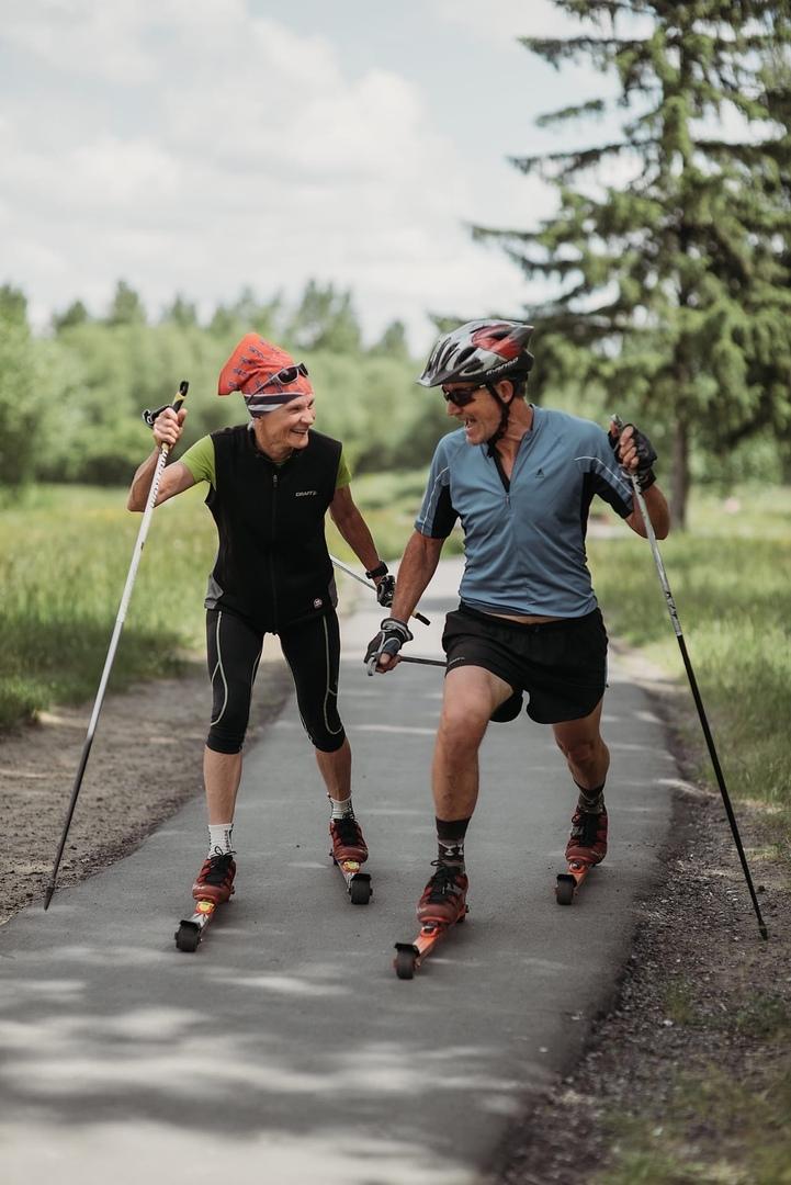 Активная пара получает удовольствие от участия в спортивных соревнованиях