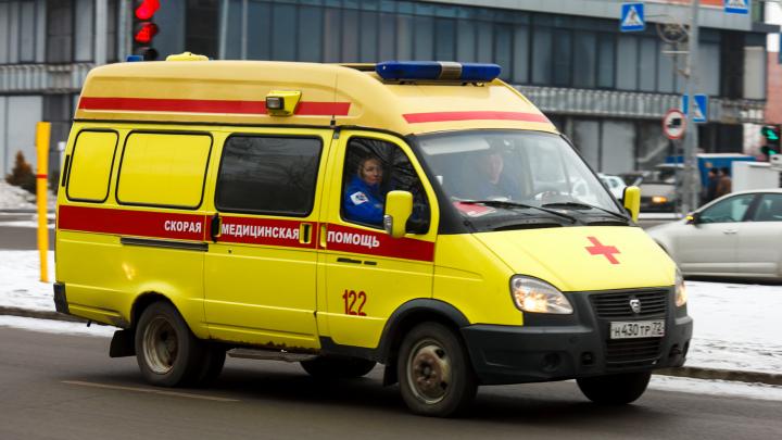 Медики спасли тюменца, который порезался об унитаз