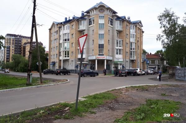 Например, на перекрестке Новгородского и улицы Свободы нет пешеходного перехода — после ремонта он исчез, горожане просили его вернуть