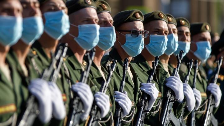 Жара и проснувшиеся мошки: волгоградские военные в масках отрепетировали парад Победы
