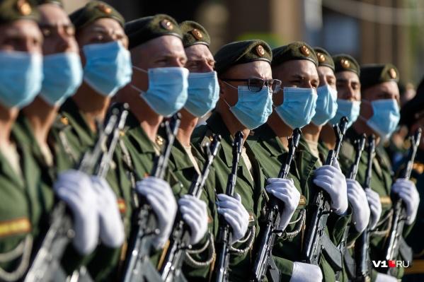 Пандемия коронавируса заставила военных массово надеть маски