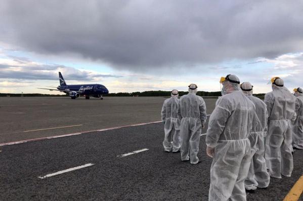 Полиция встречает самолет с вахтовиками