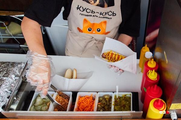На изготовление одного хот-дога у опытного продавца уходит 59 секунд