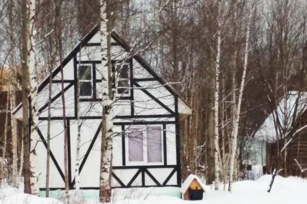 Так выглядит один из домов, который был выставлен на продажу на портале недвижимости. Участок отдали в собственность без торгов<br>