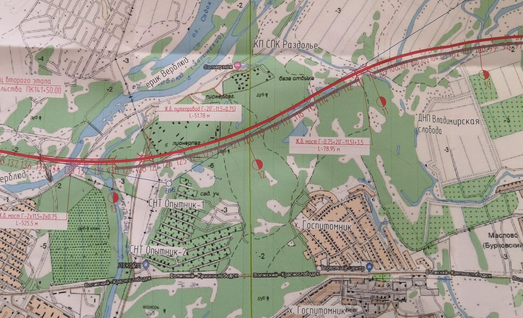 Проект дороги пролегает рядом с дачными массивами, загородными посёлками через лес