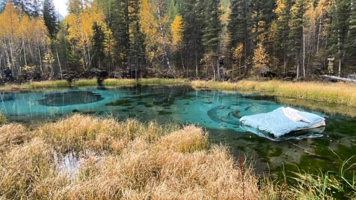 На Алтае разгорелся скандал из-за матраса — его запустили в уникальное гейзерное озеро для съёмок рекламы