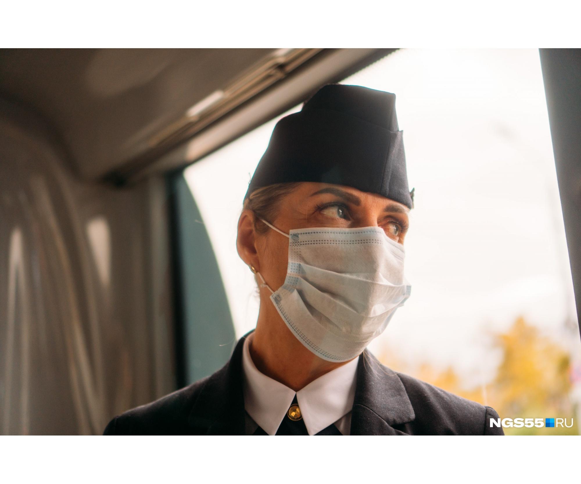 Наталья говорит, что целый день работать в маске сложно