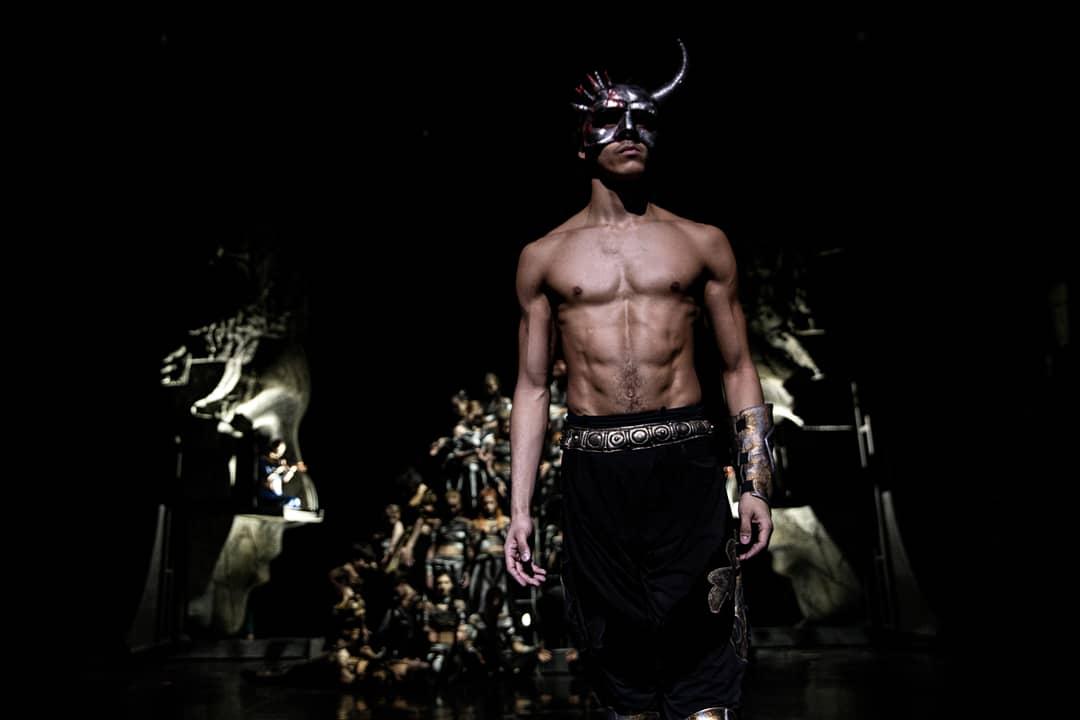 В спектакле «Три маски короля» Диего танцует солирующую партию короля Юлия