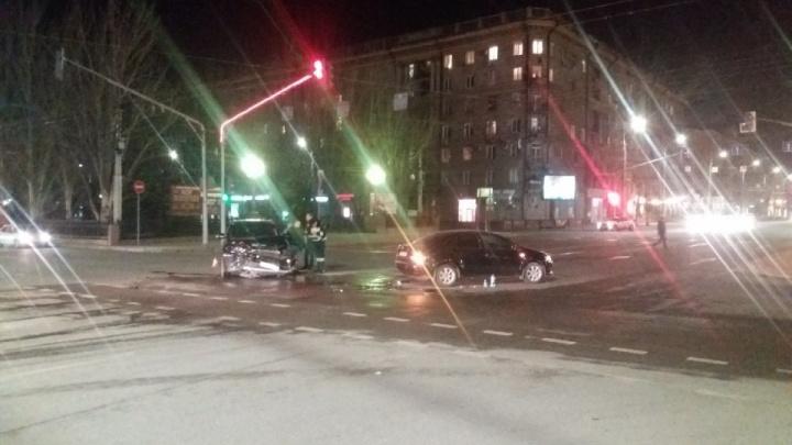 «Годовалого ребенка увезли с травмой головы»: авария на злополучном перекрестке Волгограда попала на видео