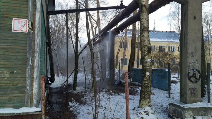 В Архангельске жильцы уже пять дней ждут ремонта уличной трубы. Горячая вода течет прямо под дом