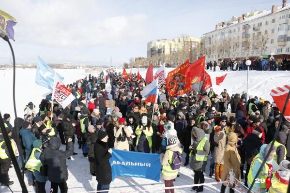 Андрей Боровиков (держит флаг с надписью «Навальный») повздорил с Александром Песковым