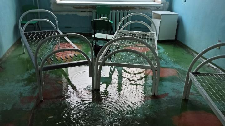 «Четыре часа льется рекой вода»: в Челябинской области затопило ковидную больницу