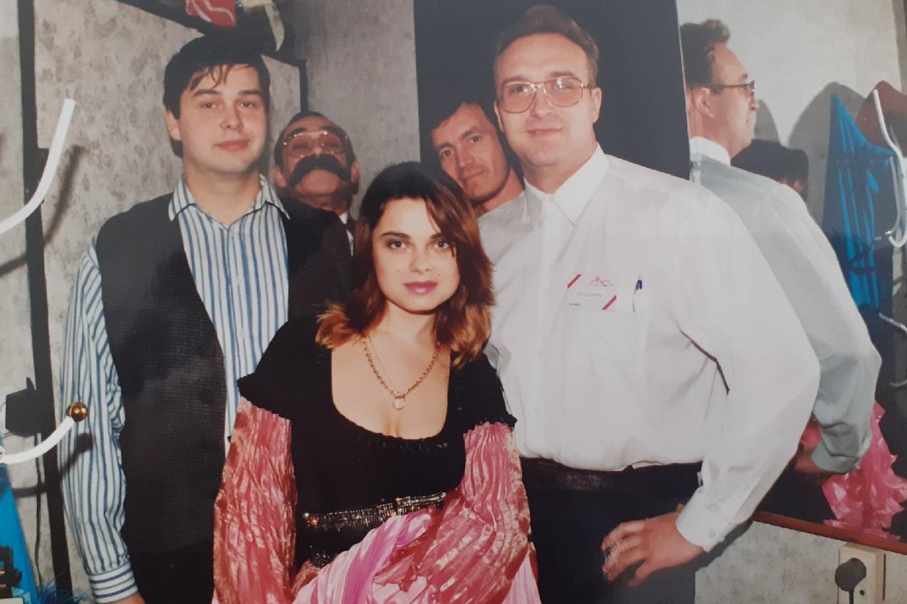 Наташа Королёва тоже была в Новосибирске. В 90-е годы в моде были стразы и яркие цвета — и мы видим это по её наряду
