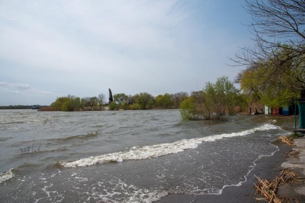 Вода вышла из берегов и грозит подтопить жилые территории