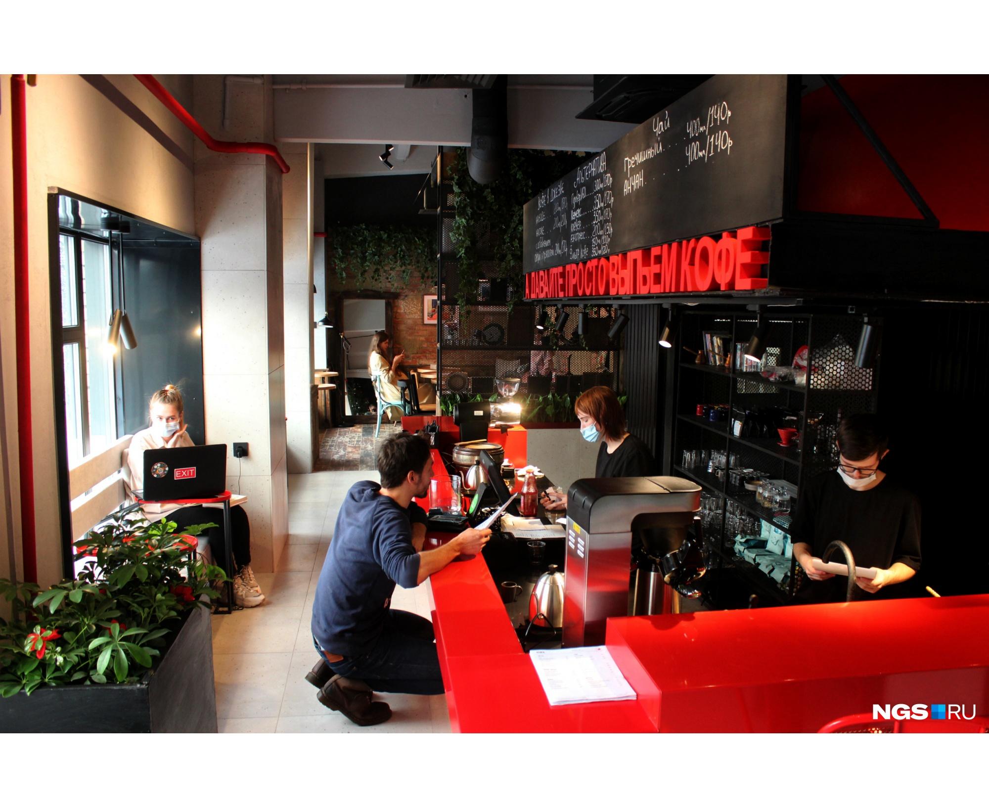 Зона кофейни расположена в самом дальнем углу зала