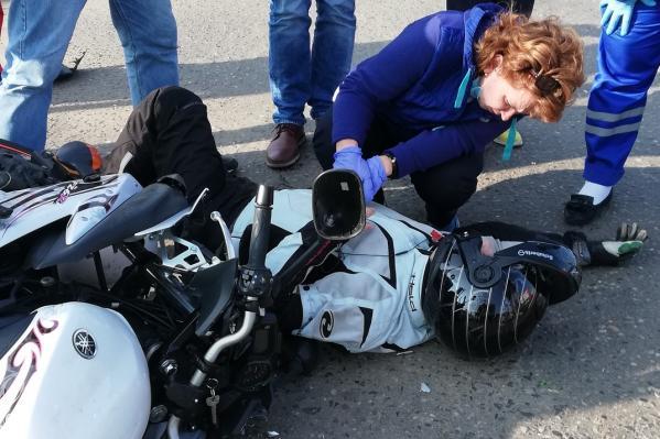 пострадавший мотоциклист жаловался на боль в руке и ноге