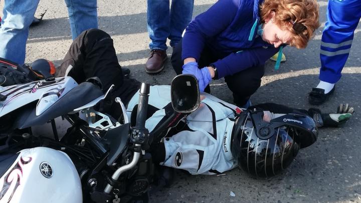 «Ему было очень больно»: в Ярославле в ДТП пострадал мотоциклист. Видео