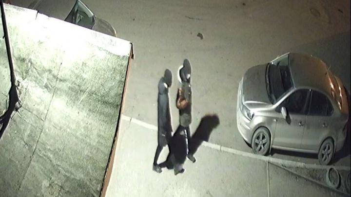 На ЖБИ подростки бьют окна в автомобилях и крадут регистраторы