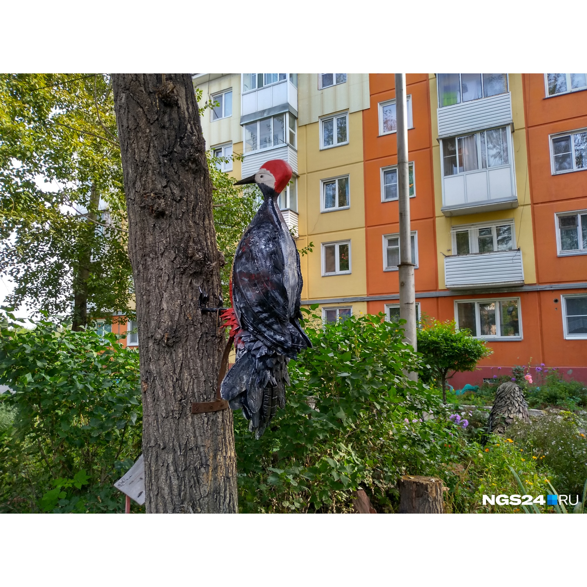 Многие фигуры вписаны в среду. Например, этот дятел из покрышек сидит на стволе дерева