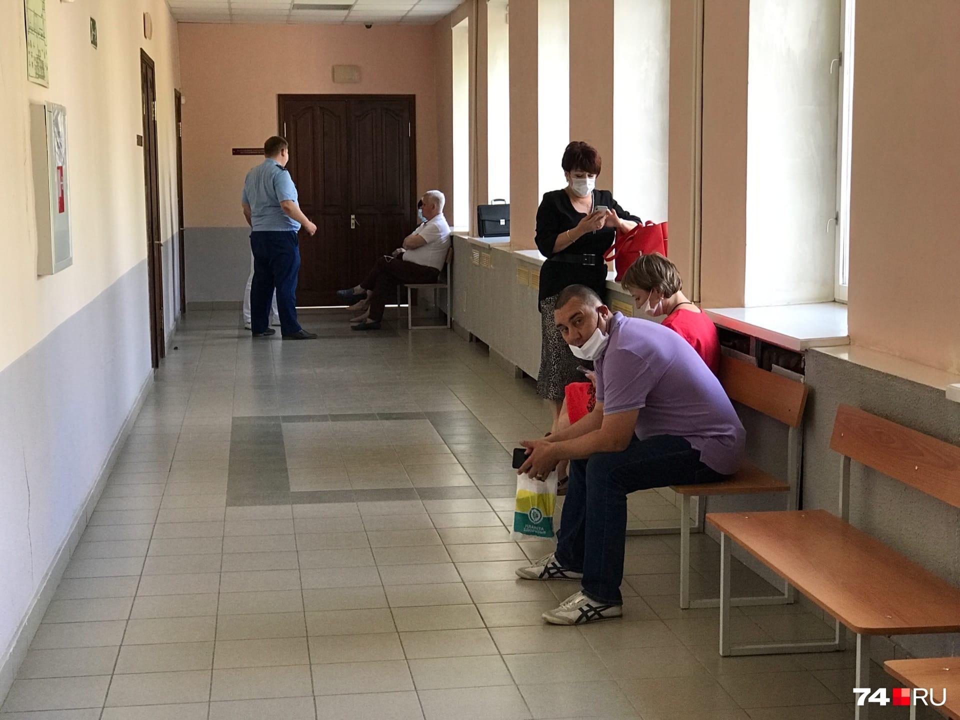 Процесс по этому делу открытый, но из-за пандемии коронавируса журналистов не пускают в зал суда — присутствовать на заседании могут лишь участники процесса