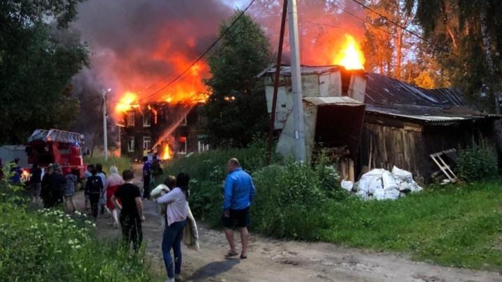 «Мальчика-инвалида выбросили из окна, чтобы спасти»: пожар уничтожил дом, где жили семьи с детьми