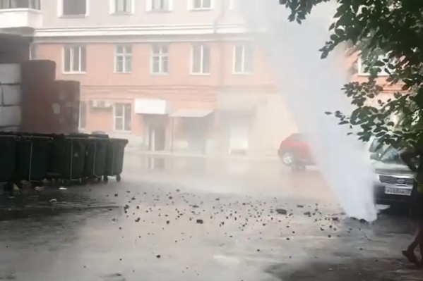 Фонтан высотой в несколько метров забил в Советском районе