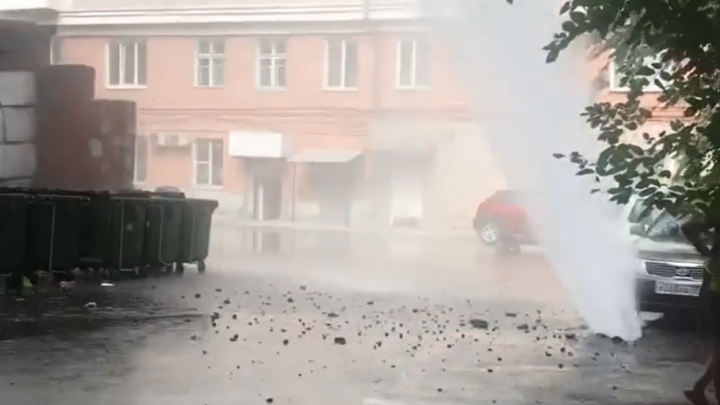 В центре Челябинска из-под земли забил фонтан кипятка высотой в несколько метров